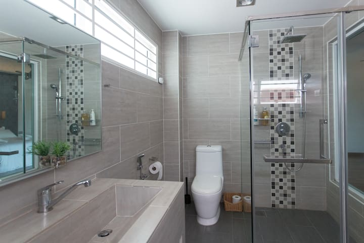Upstairs Master Bathroom: A contemporary bathroom for dolling up before a night out is at your disposal.