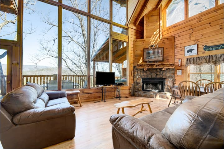Brother's Cove cabin with impressive views, game room, jetted tubs, fireplace, and access to the community pool