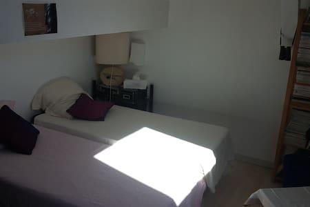 chambre et salle de douche pour vous - Amplepuis - Casa de hóspedes