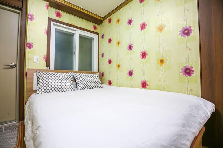 깔끔하고 넓은 원목 거실이 있는 침대룸 구름 객실