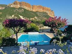 Cassis+idyllic+setting+sea+access