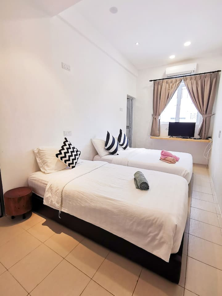 2 min Walk to GURNEY Plaza Jade Suites Triple Room