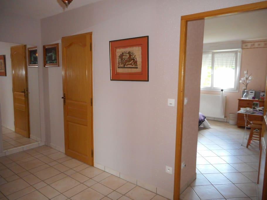 Toilettes et salle de bain indépendantes à proximité de la chambre, sur le palier