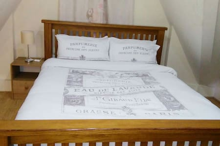 Cosy bedroom, near trains  & buses - Chatham, England, GB