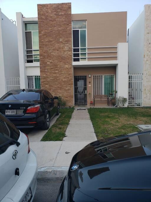 Este es el exterior de nuestra linda casa. AMPLIA, cómoda y segura.
