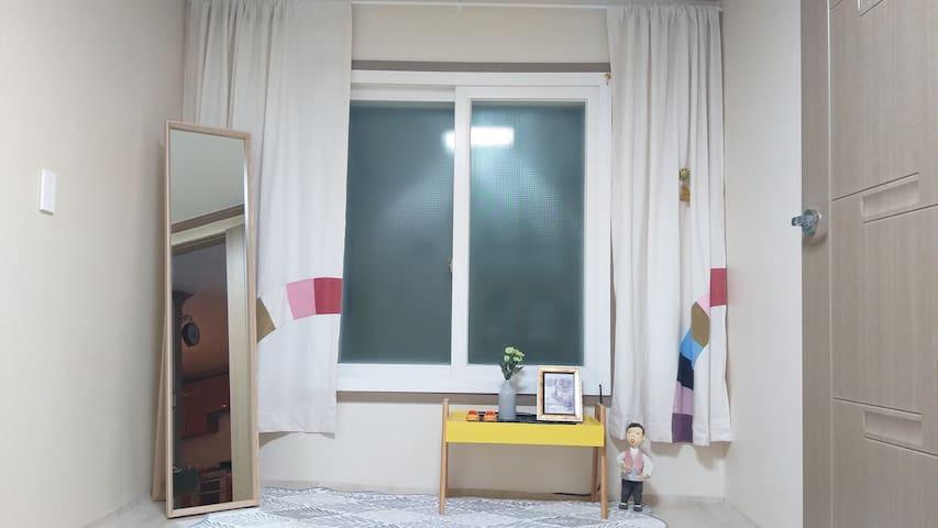 창가 작은방