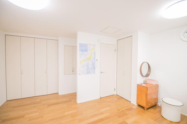 3楼 宽敞舒适的 榻榻米大卧室  房间里有浴室 卫生间   A spacious and comfortable tatami bedroom on the 3rd floor. There is a bathroom in the room.