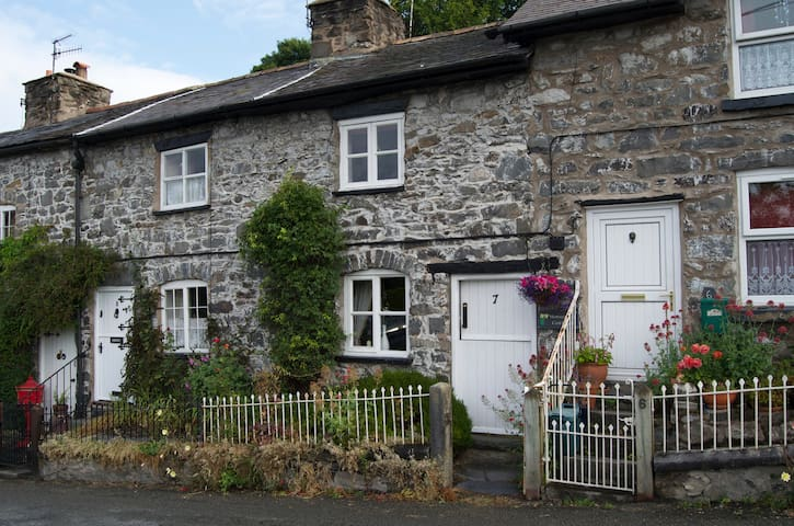 Cosy Cottage in the heart of the village. - Llanrhaeadr-ym-Mochnant - Casa