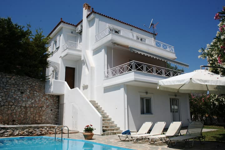 Stylish Family Villa with Pool near to Nafplion
