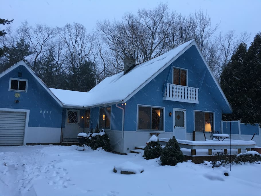 A romantic winter get away. Our cottage is so Cozy on a beautiful snowy night!