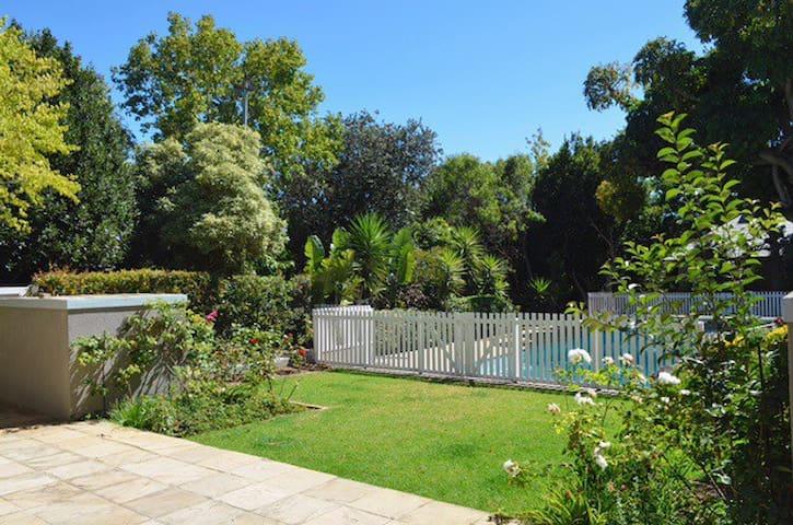 Garden view bedroom &lounge cottage - Kaapstad - Huis