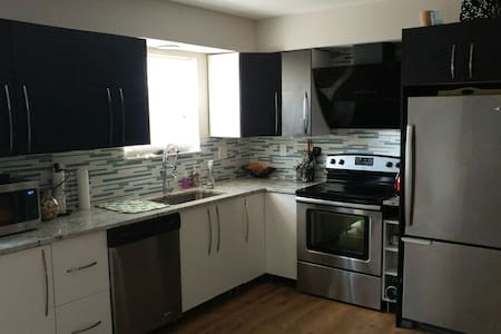 Beautiful room in cozy town house - Greater Landover - Hus