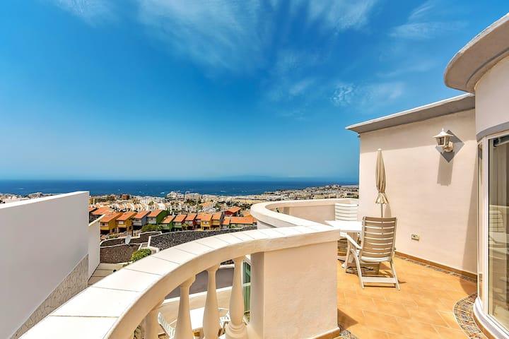 Дом с прекрасным видом  и бассейном в Costa Adeje