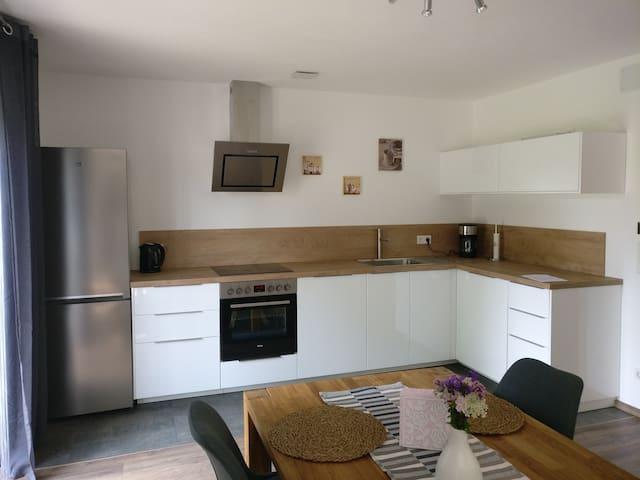 Wohnküche mit großem Schlafsofa