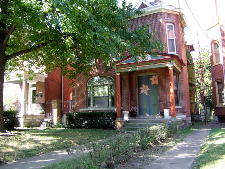Charming, spacious  apartment in Victorian duplex.