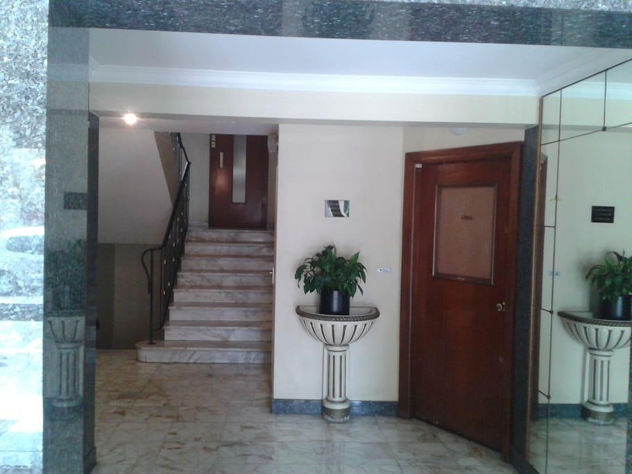 - hall d'entrée de l'immeuble