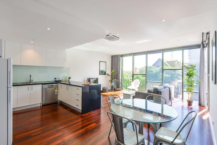 Classy 3 bed/2bath in Superb Inner City Location - Northcote - Apartment