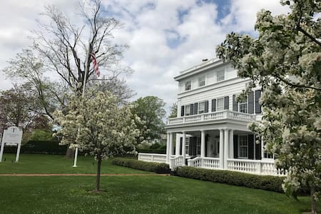 Beautiful Mansion (Topping Rose House)