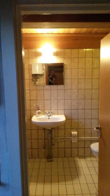 Lille funktionelt toilet med brusebad. Udenfor en stor grund med have, hvor der gerne må spilles fodbold ;-)
