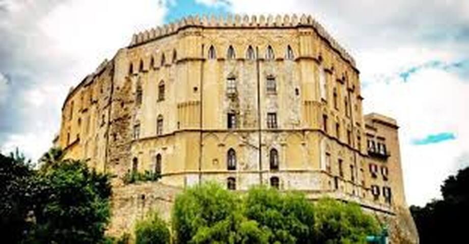 palazzo dei Normanni dista 2 minuti a piedi