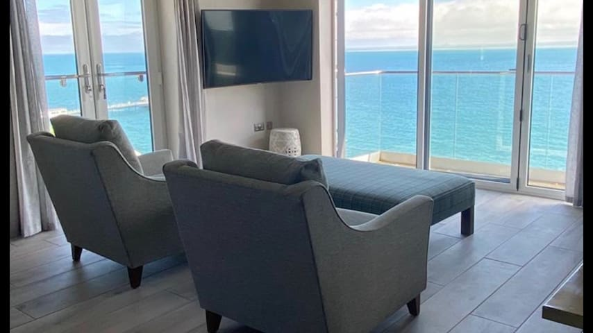 Large 2 bedroom penthouse - spectacular sea views
