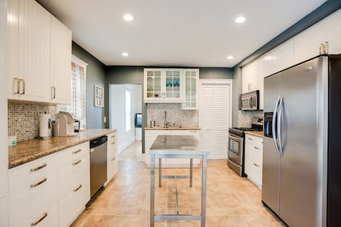 Large Kitchen with Laundry in the closet!