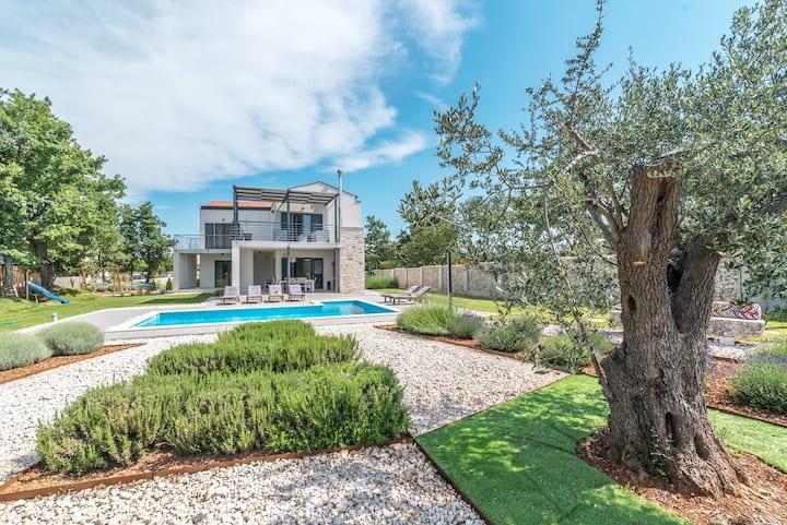 Extraordinary family villa with pool ****