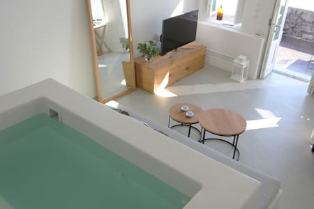 Maisonette with indoor jetted tub in downtown Fira - Fira - Loft
