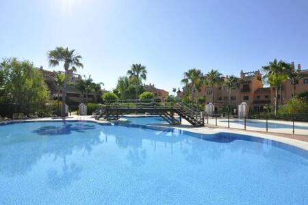 BEAUTIFUL GARDEN APARTMENT NEW GOLDEN MILLE - Estepona - Leilighet