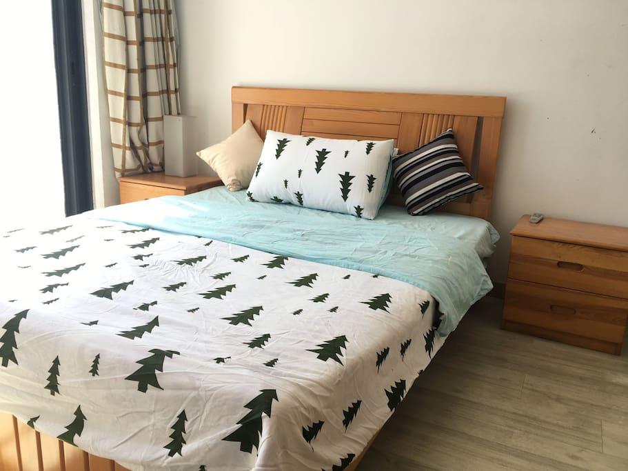 房间方正,简洁,冬天在床上就可以晒太阳,通透采光好。