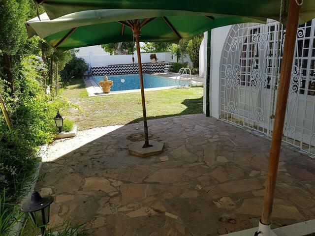 Chambre double dans une villa avec piscine