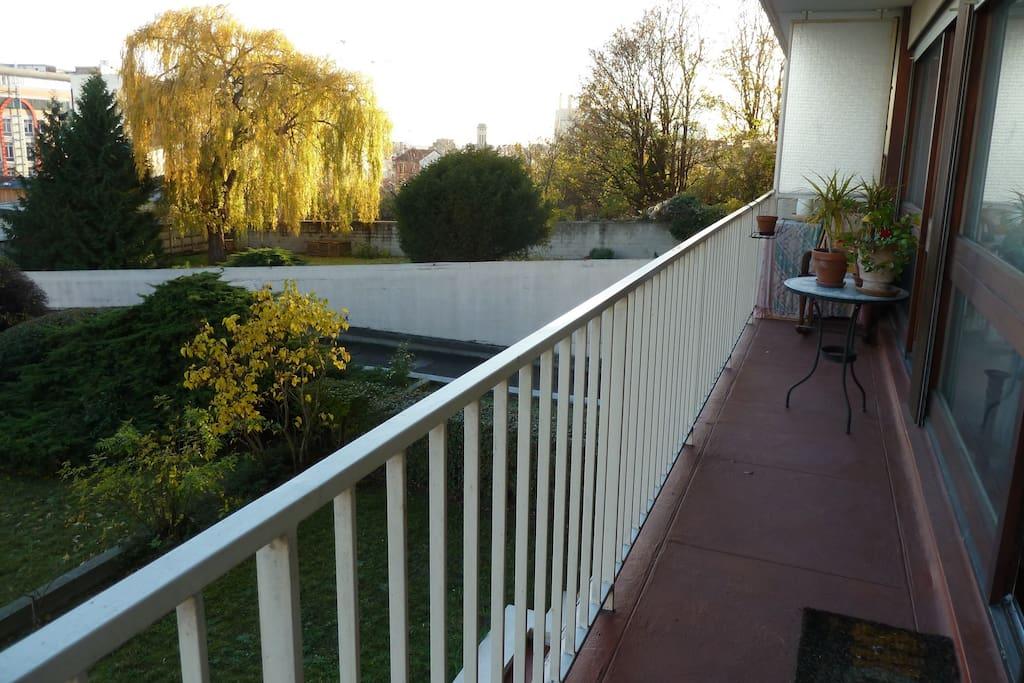 un joli balcon lumineux avec vue sur espace vert