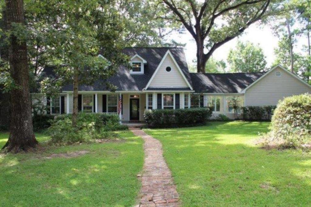 Creole home in heavily wooded area of Spanish Lakes.