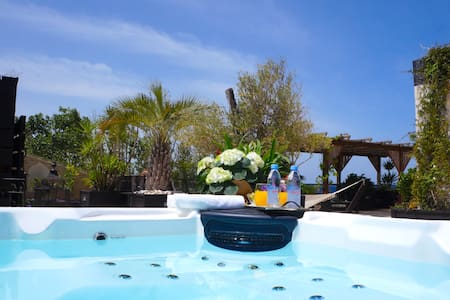 Luxury Beach Suite - Jacuzzi & Sauna by Airsuite