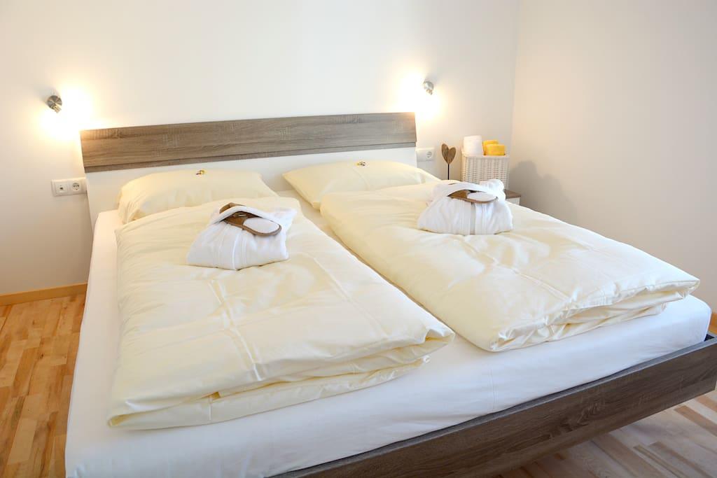 Gemütliches Doppelbett mit 2 Einzelmatratzen