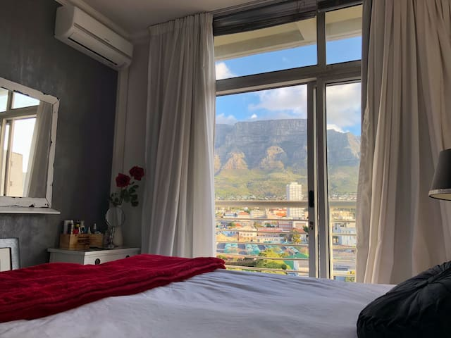 Sunny Cape Town Apmnt with Mountain Views +Parking
