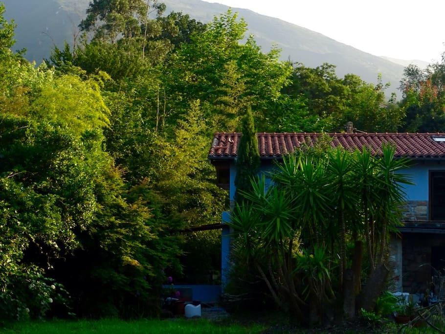 Casa con jardín en la ladera norte de l sierra de el Escudo, rodeada de vegetción.