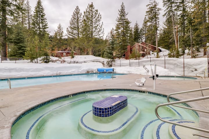 Convenient studio condo w/ a deck, shared pool, hot tub, tennis, & gym!