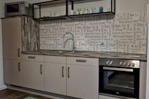 Die Küchenzeile ist neu und mit allem ausgestattet, was man für den Aufenthalt braucht.