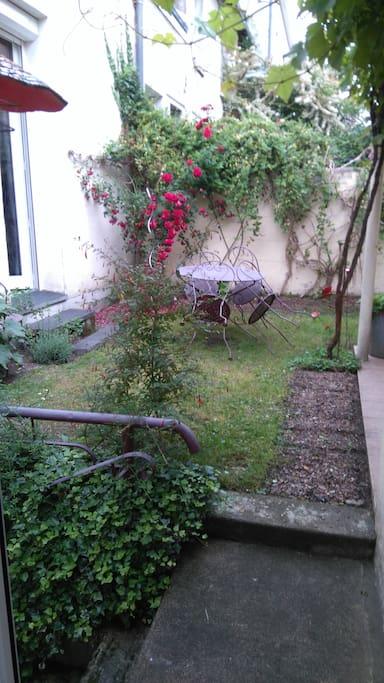 Accès petit jardin de ville donnant plein sud