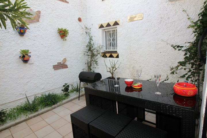 TERRACED HOUSE, IN A QUIET AREA IN LA MARINA, LARGE TERRACE WITH BARBECUE, PARKING. AIR CONDITIONING.