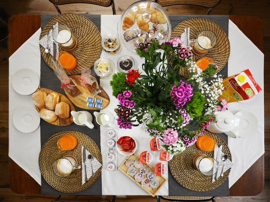 """La colazione """"dolce"""" all'italiana è servita nella zona pranzo dell'atelier ogni mattina dalle 8:00 alle ore 9:30."""