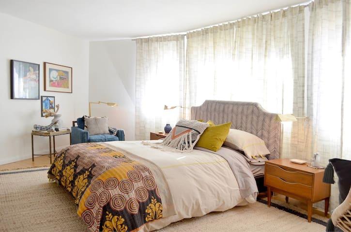 downstairs master bedroom, queen size bed