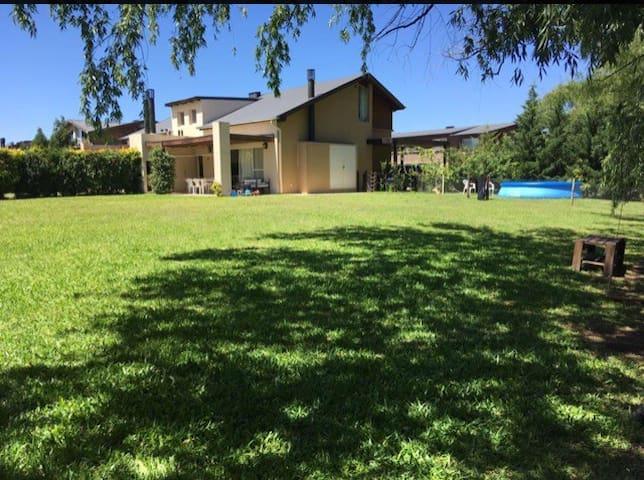 Casa con lindo jardín parrilla y pileta en Pilar