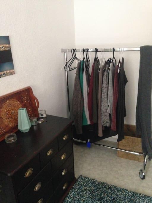 Kommode und Kleiderstange komplett leer und zu benutzen