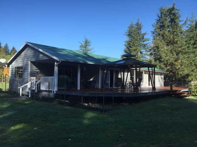 Riverfront Bungalow on One Acre - Black Creek - Haus