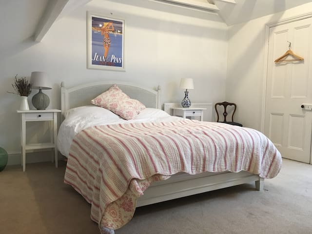 En-suite king bed in gorgeous Victorian house