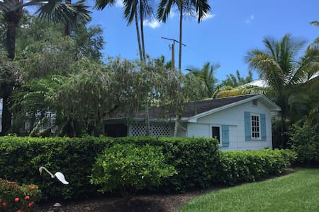 An Old Naples Cottage - 1 block from beach - Naples