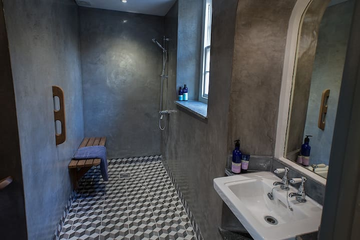 Green room wet room with wheelchair access