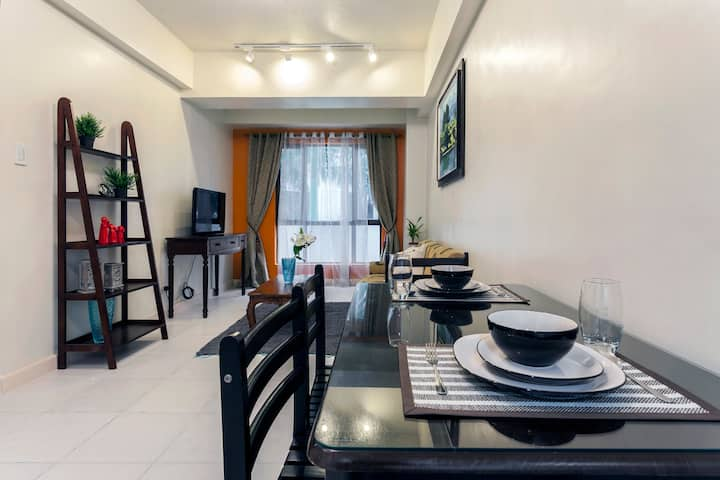 1BR Burgos Circle BGC; WiFi, Netflix, FREE Parking